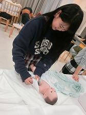 【授業紹介】幼児保育学科 乳児保育を体験!