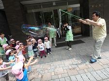 【授業紹介:幼児保育学科 巨大シャボン玉であそぼう♪】